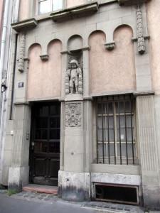 Vingt-deux-novembre 9, porte rue Gustave Doré (juin 2015)