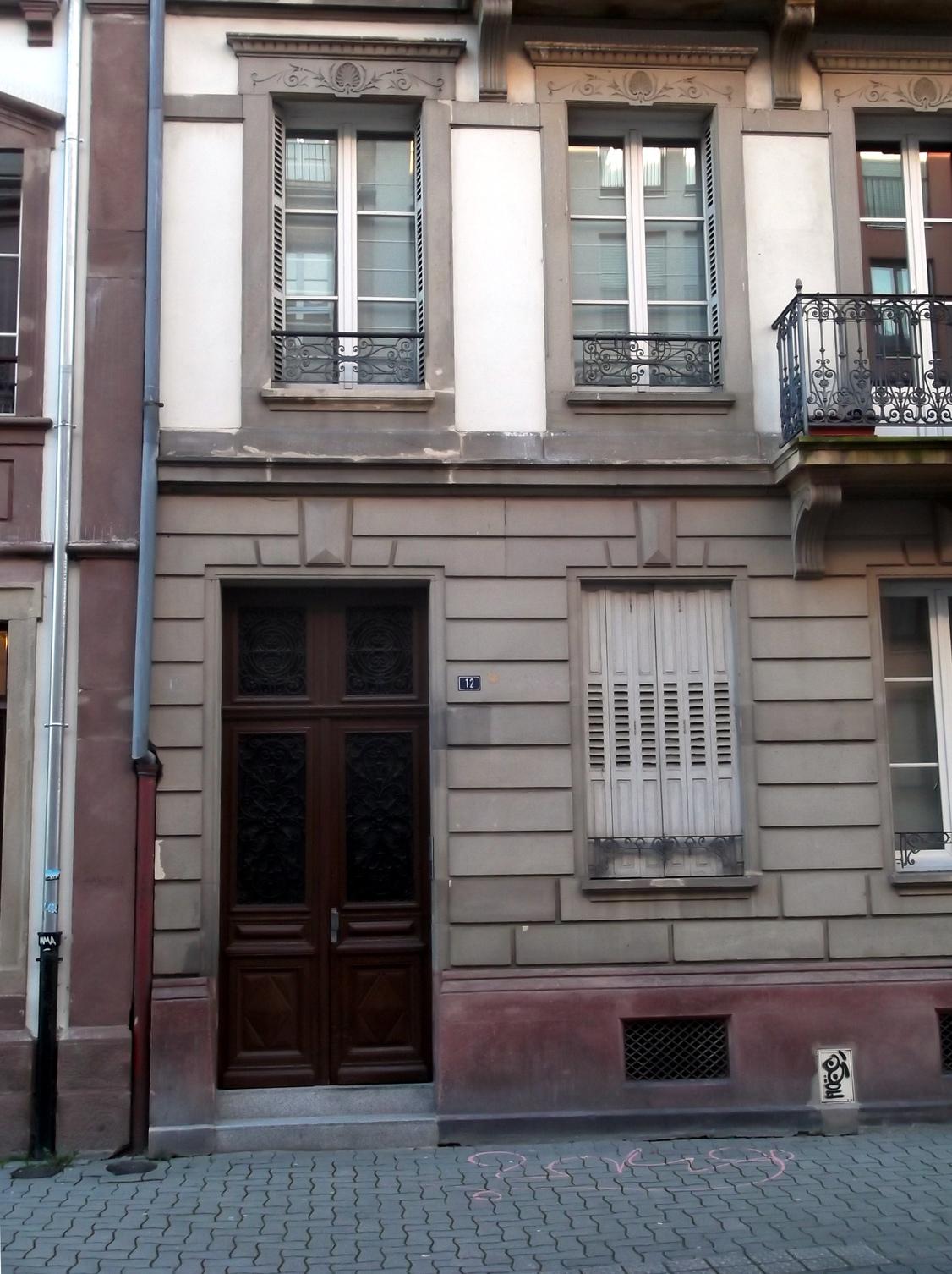 Le N° 12 Est La Maison Du Milieu, Le Balcon Au Premier Et Au Troisième  étage Se Trouve Devant La Fenêtre Centrale, Au Deuxième étage Devant Trois  Fenêtres ...